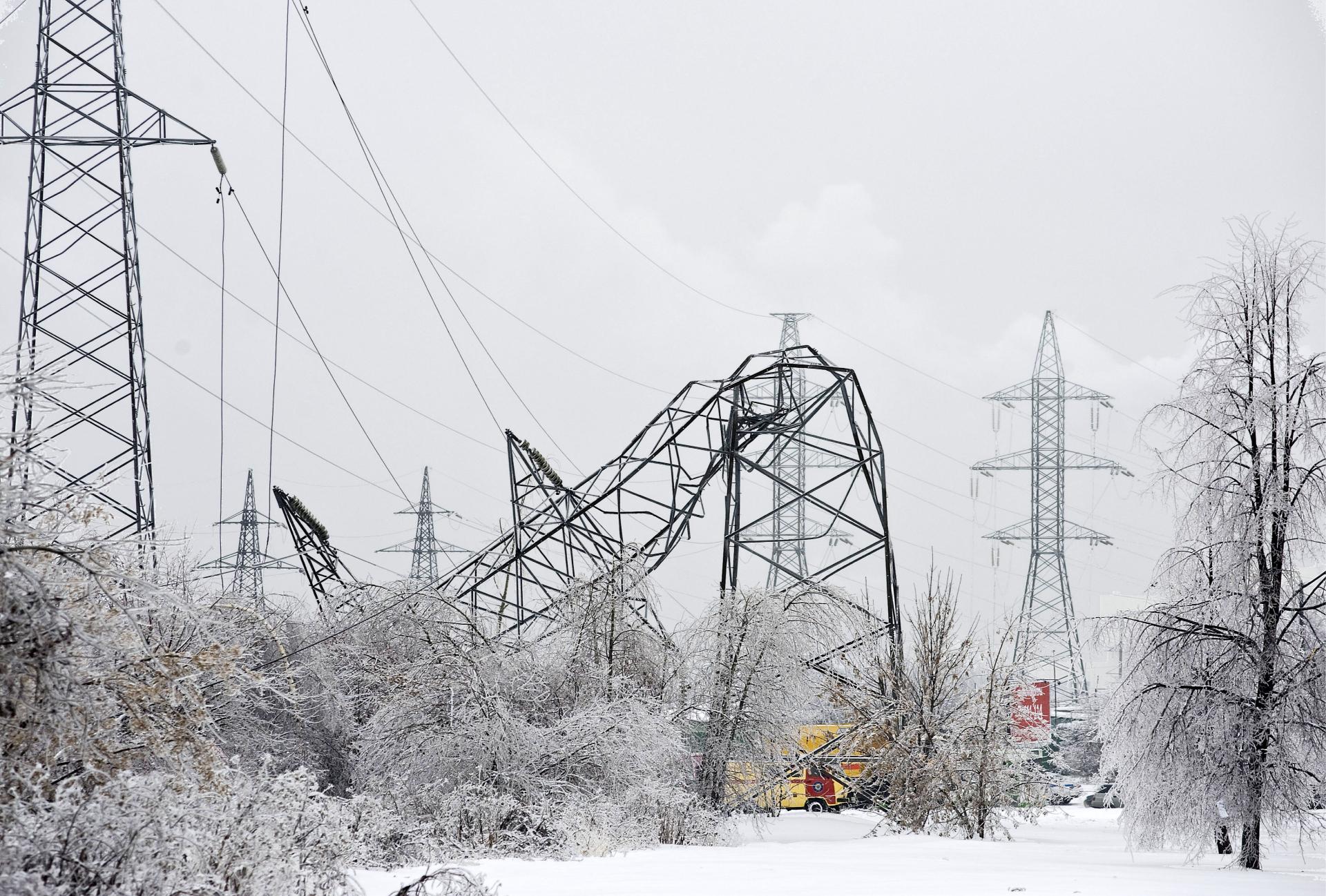 В результате обледенения упали опоры ЛЭП на юге Москвы. 29 декабря 2010 года