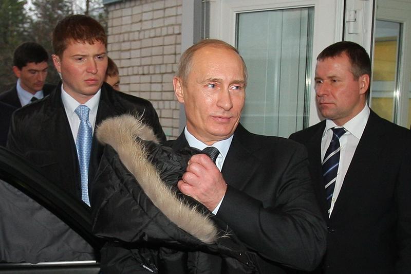 Президент России Владимир Путин (на первом плане) исотрудник ФСБ Евгений Зиничев (справа) вовремя посещения Ивановской областной клинической больницы, ноябрь 2010 года