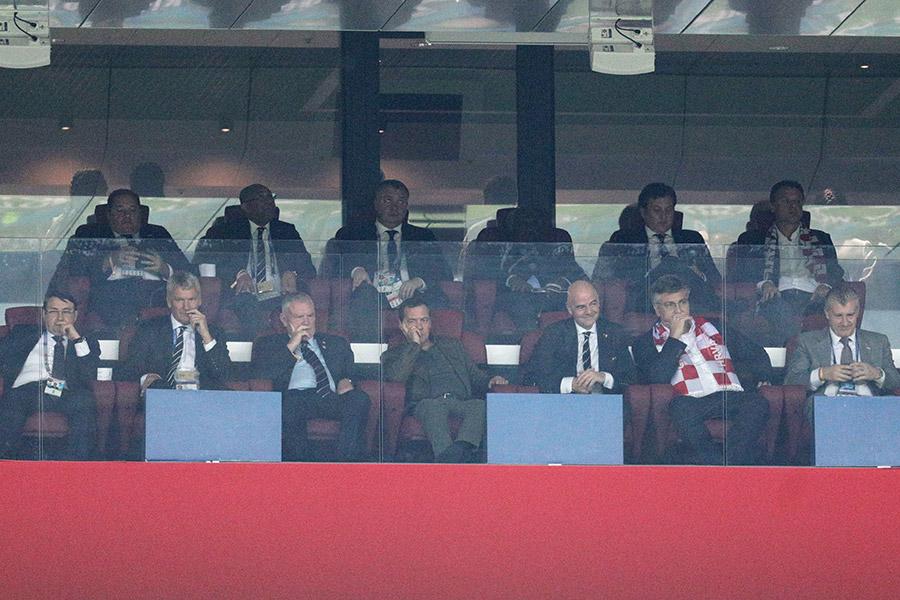 МатчАнглия — Хорватия состоялся на стадионе «Лужники» и закончился победой Хорватии. До этого высшим достижением хорватской сборной были бронзовые медали в 1998 году во Франции. На фото: помощник президента России Игорь Левитин, вице-президент Футбольной ассоциации Англии Дэвид Гилл, председатель Футбольной ассоциации Англии Грег Кларк, премьер-министр России Дмитрий Медведев, президент ФИФА Джанни Инфантино и премьер-министр Хорватии Андрей Пленкович (слева направо)