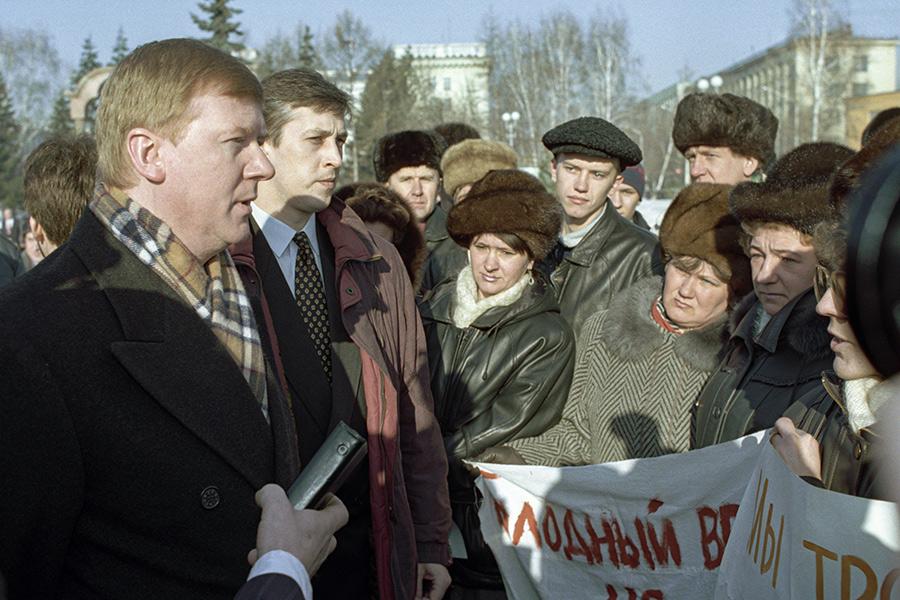 Первый вице-премьер Анатолий Чубайс (слева) разговаривает с пикетчиками — работниками угольной промышленности, 1997 год