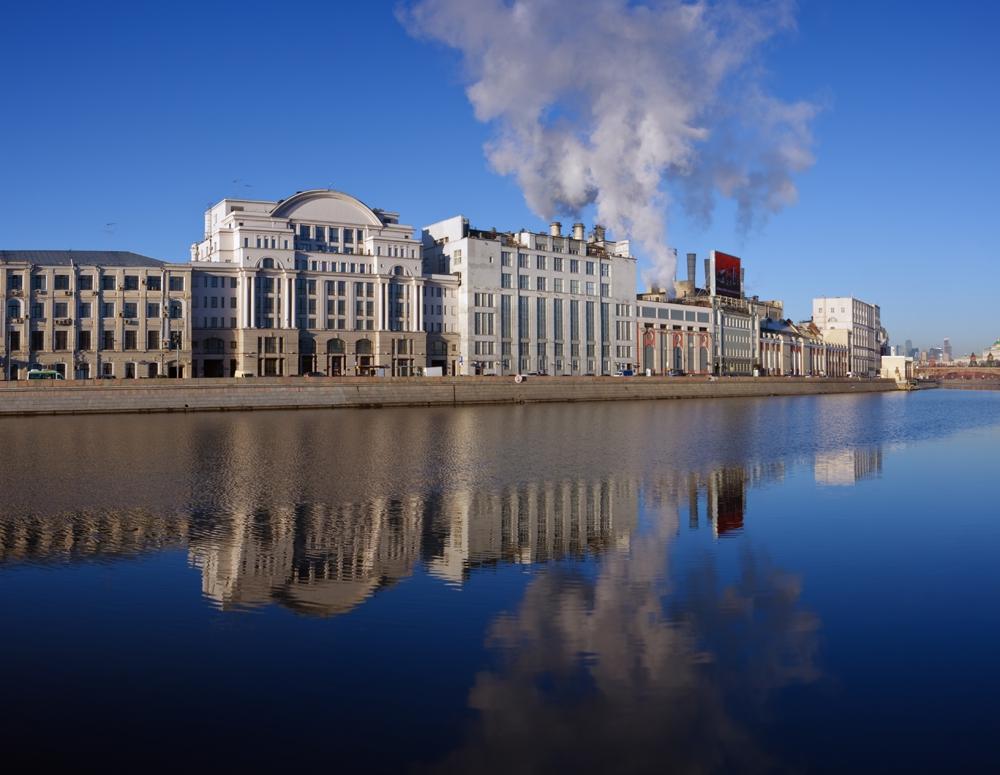 Раушская набережная в центре Москвы. Видны трубы ГЭС-1, поставляющей электричество и тепло в Кремль