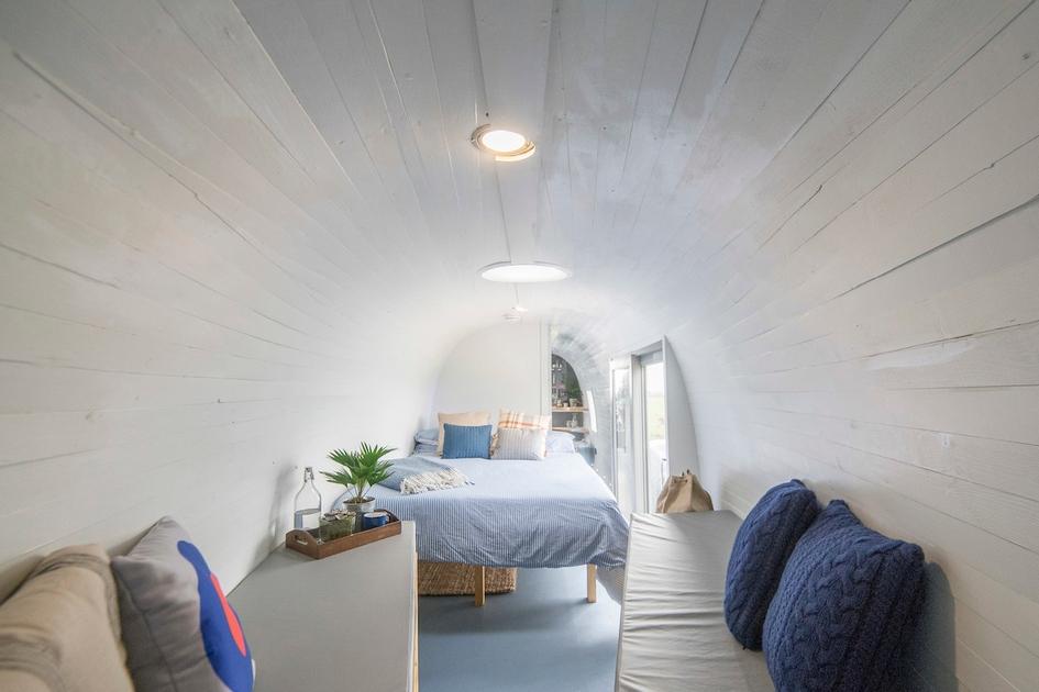 Внутри вертолета появилась жилая зона с кроватями, столом и прочей мебелью
