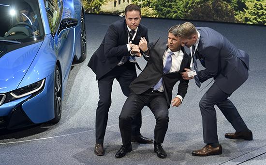 Глава компании BMW Харальд Крюгер (в центре) упал вобморок наоткрытии автосалона воФранкфурте