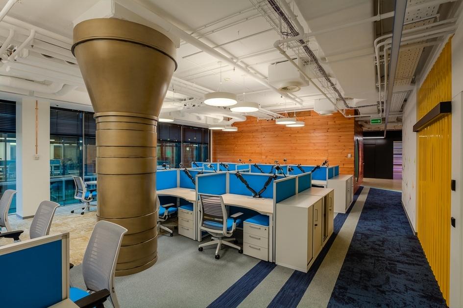 Решение по управлению светом позволяет каждому сотруднику настроить яркость потолочного светильника над своим столом