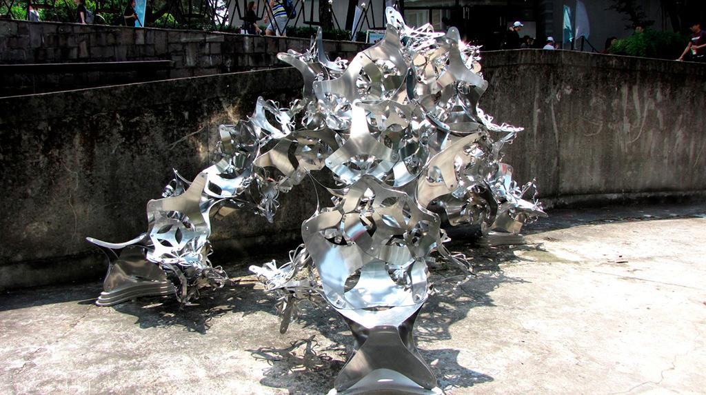 Название проекта: «Металлический текстиль в цифровую эпоху» Какой вуз представляет: Университет Тамканг, Тайвань   Скульптура-фрактал из алюминиевых октаэдров
