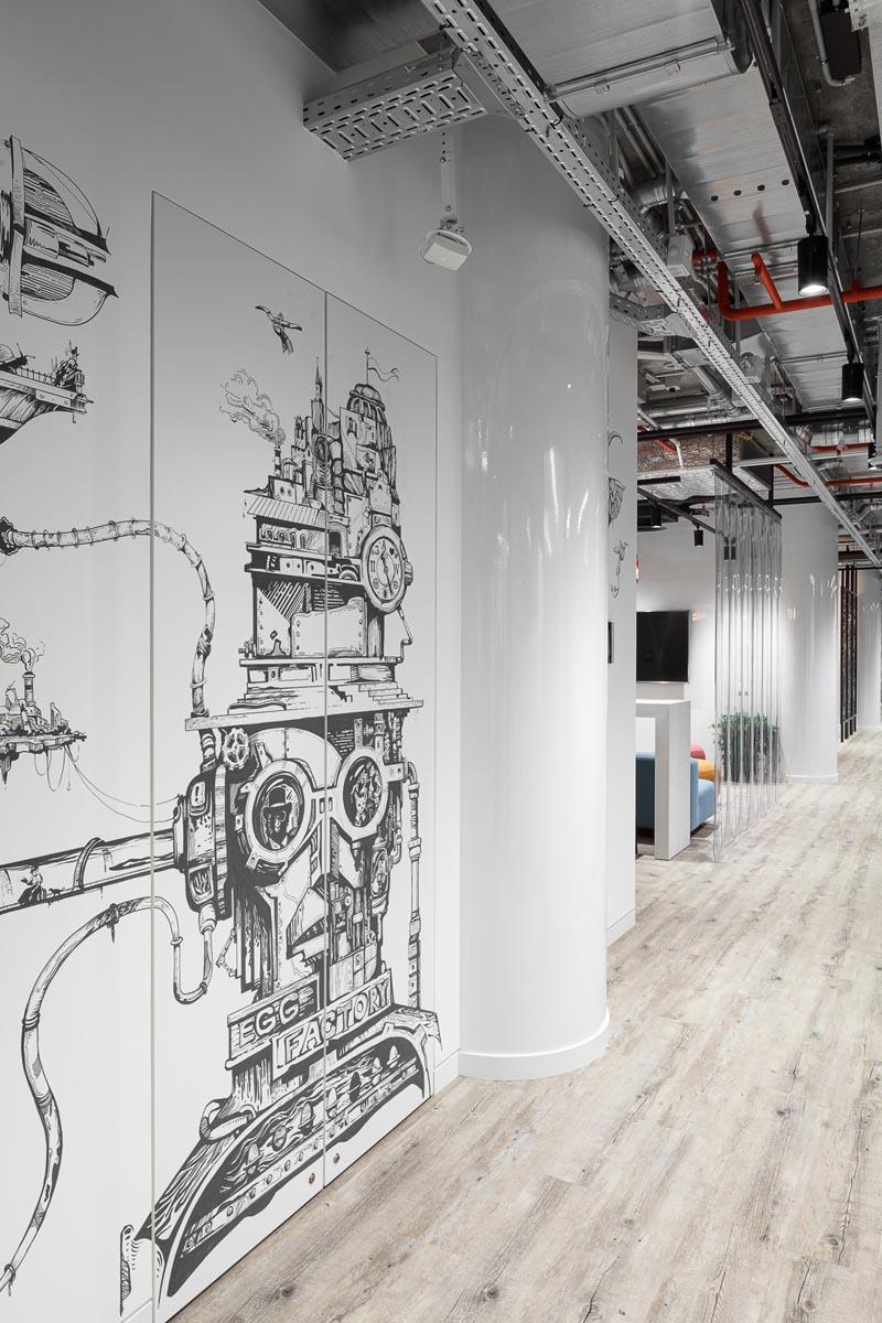 На стенах— рисунки в стиле стимпанк