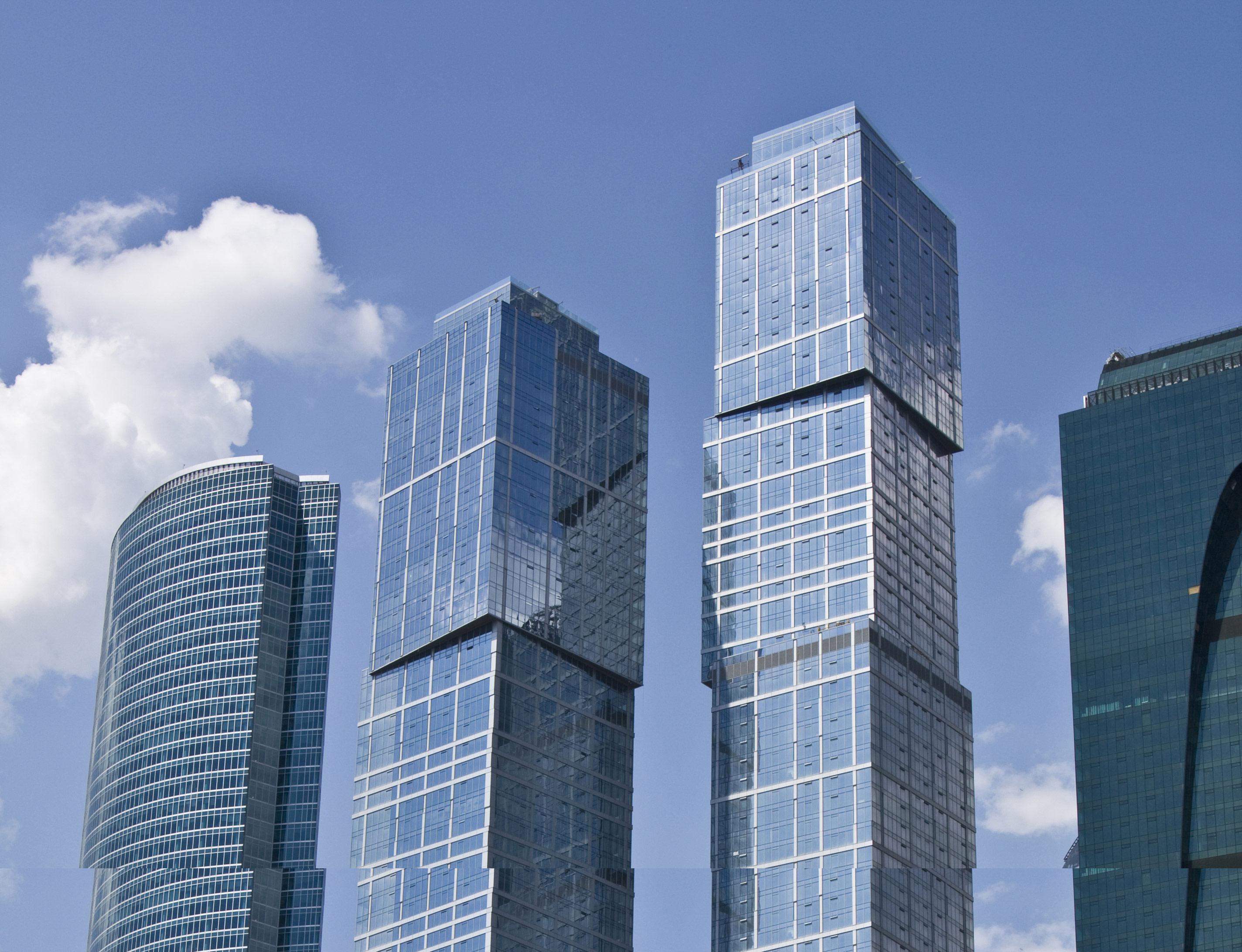 6-е место: 302м   «Город столиц» (башня «Москва») Количество этажей: 76 Адрес: «Москва-Сити», 9-й участок Средняя цена: 627тыс.руб. /кв. м   Небоскреб справа