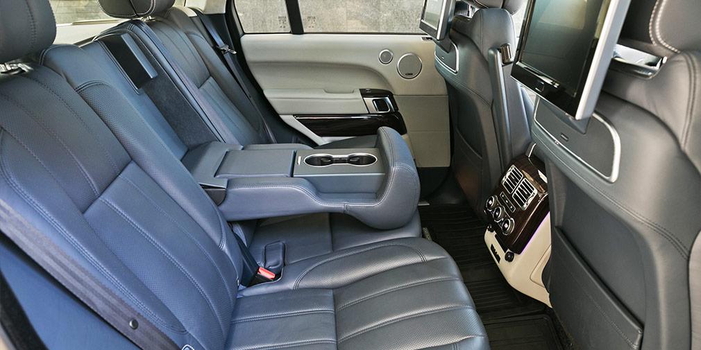 По уровню комфорта и количеству доступных опций задний диван не отличается от кресел спереди.