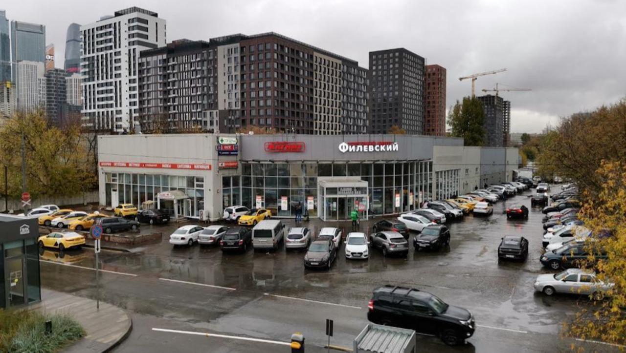 Вид на торговый центр «Филевский». Компания планирует провести комплексную модернизацию здания, ремонт фасада и внутренних пространств