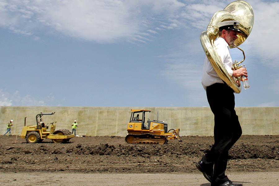 По данным Фонда содействия ГЧП Всемирного банка, в общей сложности с 1991 года свыше 44 автомагистралейиспользовали подход ГЧП на общую сумму $22,4 млрд при средней стоимости одного проекта около $53 млн. Частные инвестиции покрывают около 35% затрат на строительство платных дорог. В США также распространен механизм передачи в аренду государственных дорог, например, в 2006 году консорциуму компаний Macquarie-Cintra была передана дорога длиной 252,6 км на 75 лет. Взамен правительство получило $3,8 млрд.  На фото: строительство платного участка дороги в Новом Орлеане, Луизиана