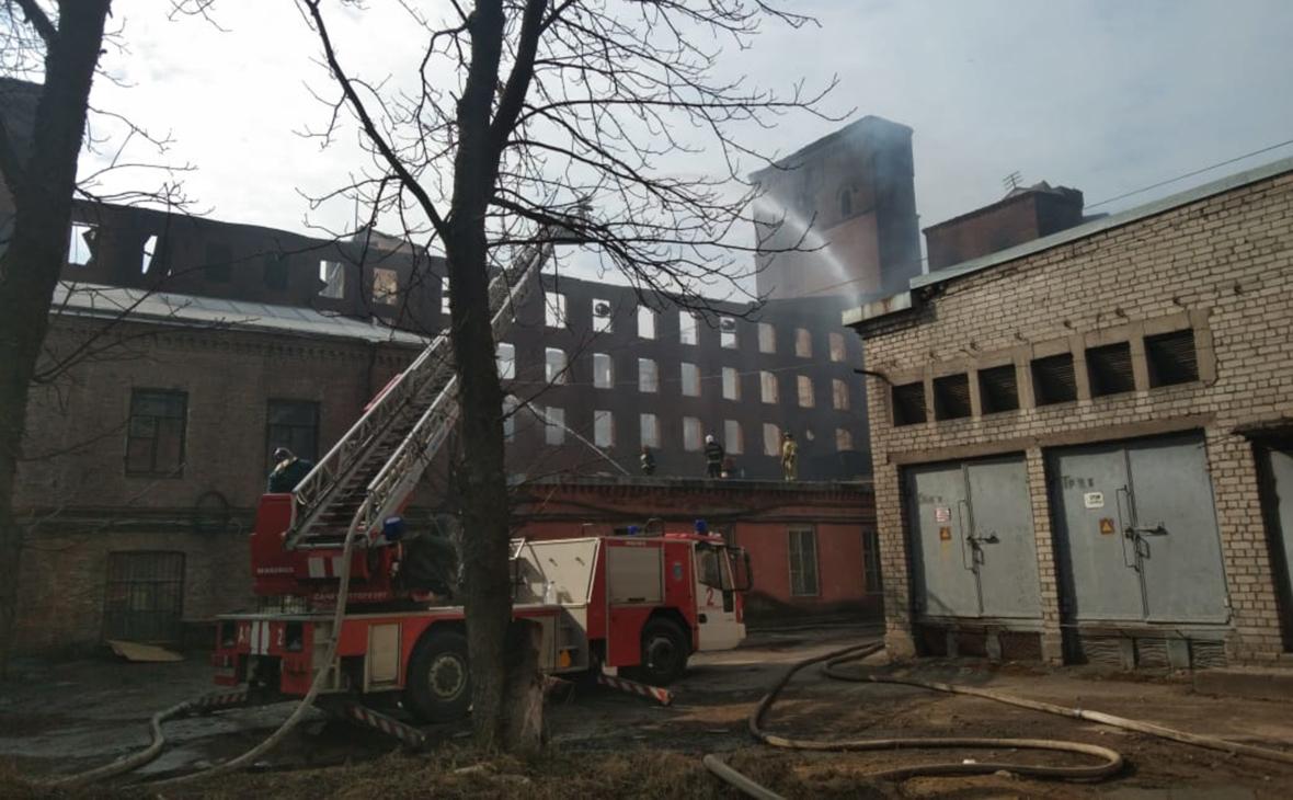 МЧС сообщило о сокращении площади очагов пожара на Невской мануфактуре