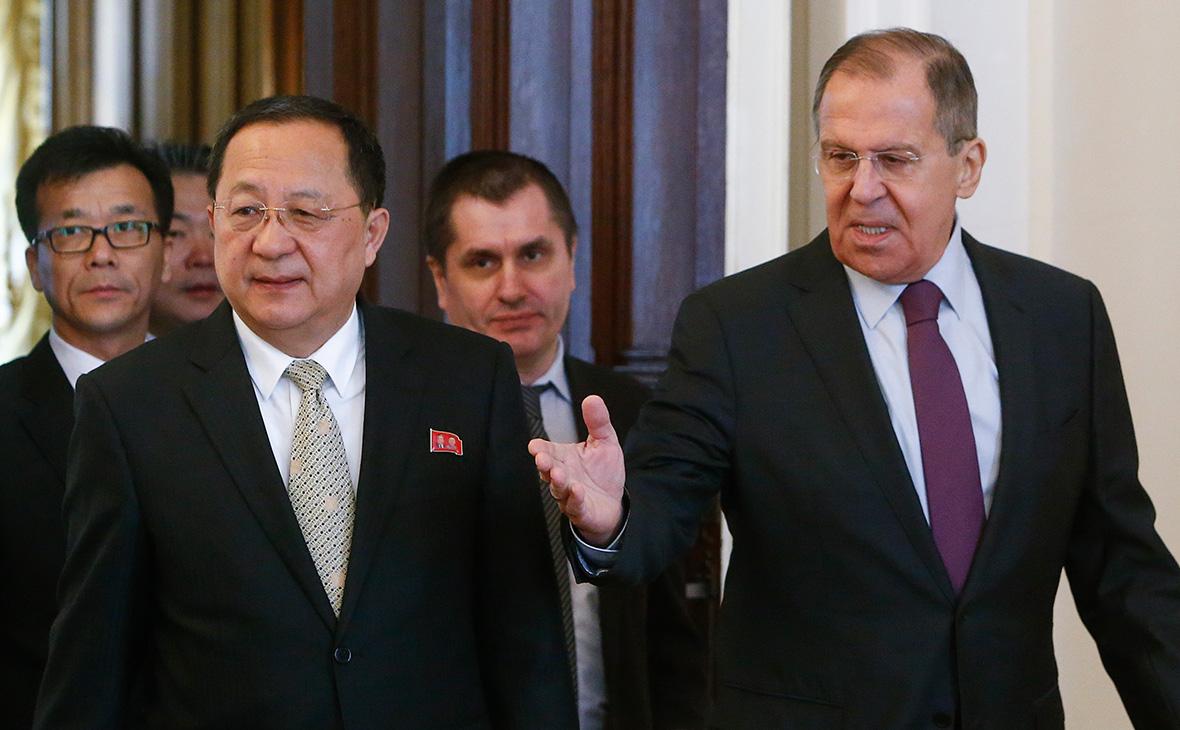 Ли Ен Хо (третий слева) и Сергей Лавров (справа)