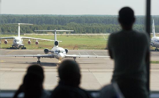Пассажиры взале ожидания аэропорта