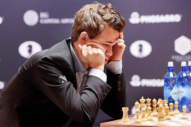 Гроссмейстер Магнус Карлсен в восьмой партии матча за звание чемпиона мира 2016 года в Нью-Йорке