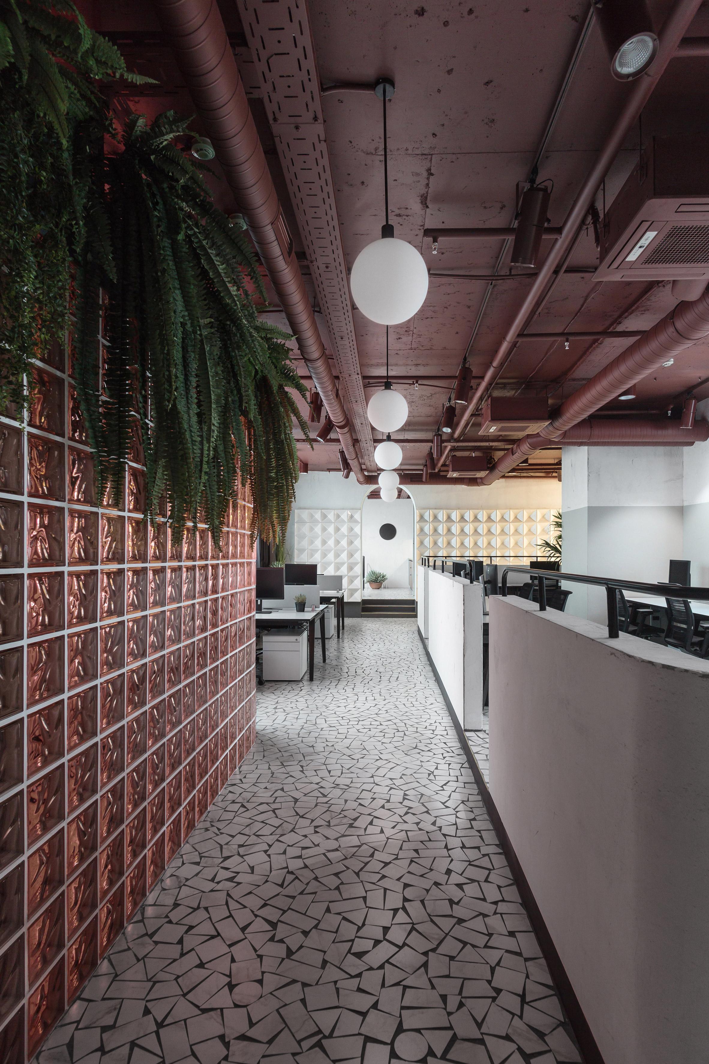 Благодаря панорамному остеклению вофисе много естественного света, поэтому яркий цвет потолка инесущих конструкций не«съедает» пространство