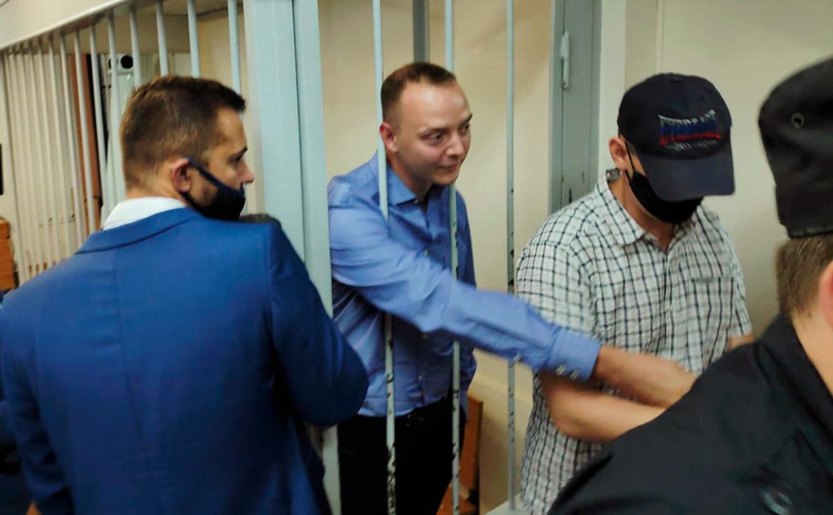Иван Сафронов (в центре)