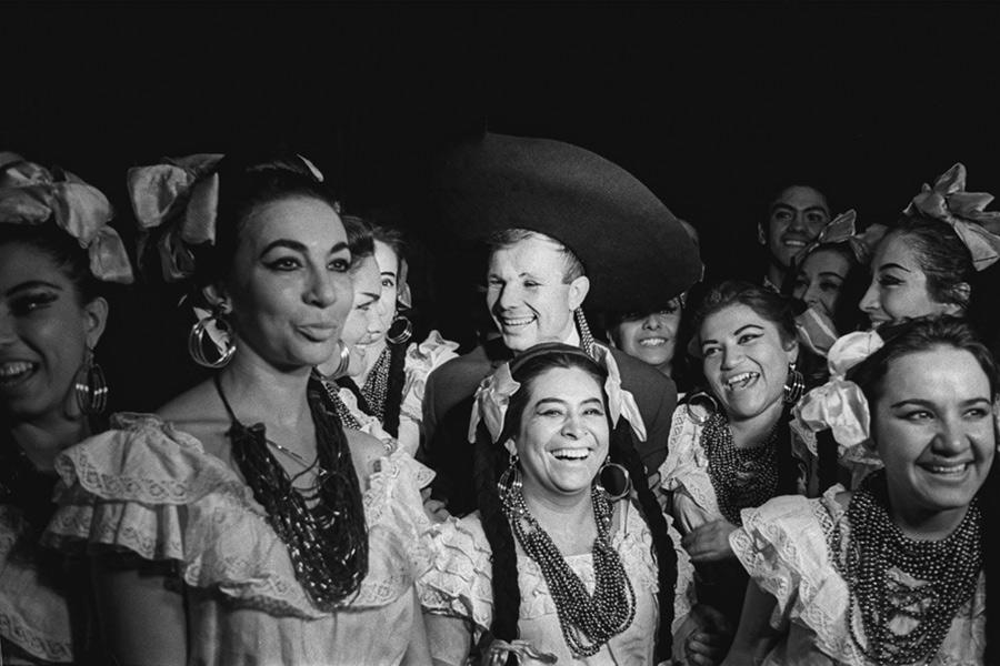 Юрий Гагарин (в центре) с участниками студенческого фольклорного ансамбля в Мехико, 14 октября 1963 года