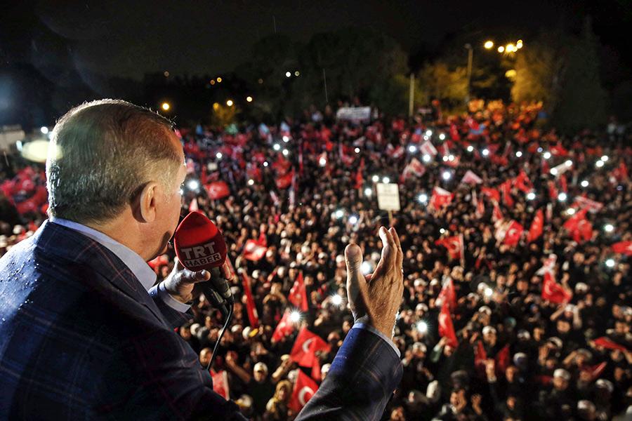 Реджеп Эрдоган выступает послеитогов конституционного референдума
