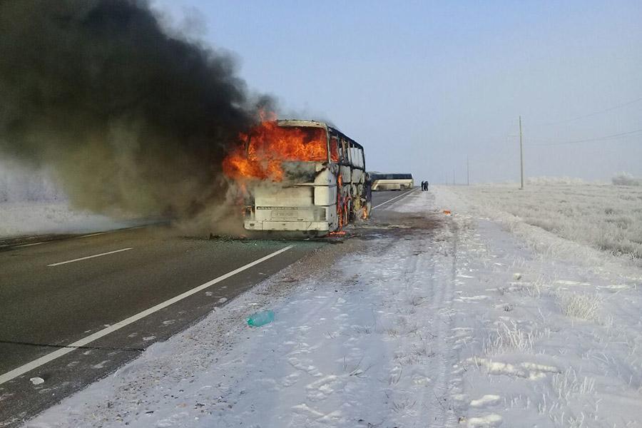 Пожар начался на 1068-м километре автодороги из Самары в Шымкент. По данным казахстанских властей, автобус следовал из Узбекистана в Россию