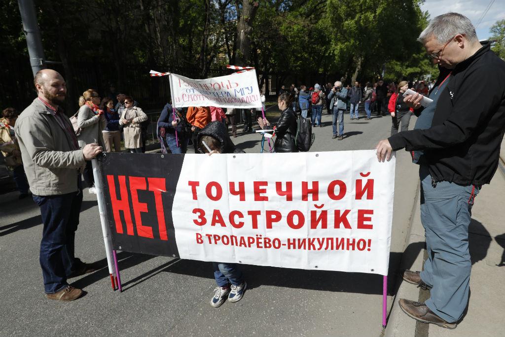 В отличие отмитинга противреновации, прошедшего напроспекте Сахарова 14мая, нынешняя акция носила подчеркнуто политический характер