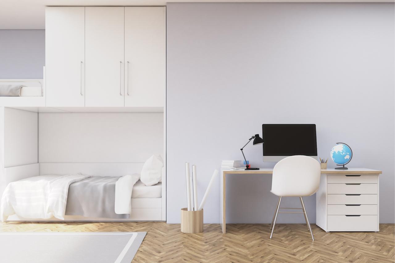 Светлые тона стен и обоев оптимальны для детской — создают атмосферу спокойствия и помогают визуально увеличить пространство