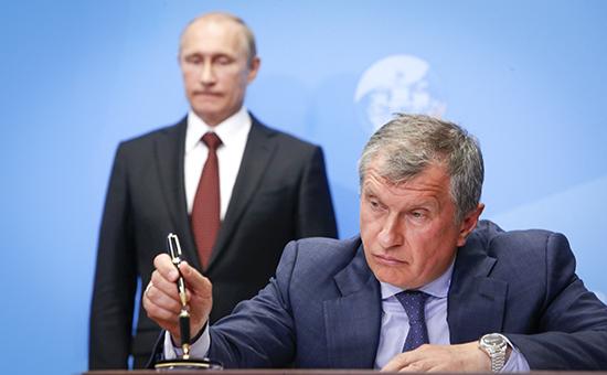 Президент России Владимир Путин и глава «Роснефти» Игорь Сечин (слева направо)