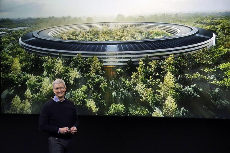 Гендиректор Apple Тим Кук показывает проект штаб-квартиры компании в Купертино на презентации