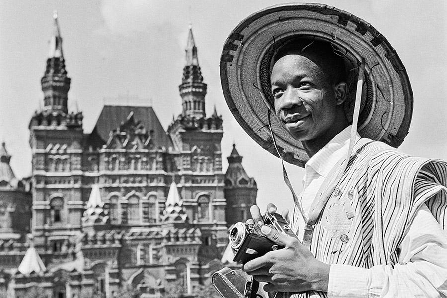 Осенью 1945 года в Лондоне была проведена всемирная конференция молодежи за мир, на которой было принято решение о создании Всемирной федерации демократической молодежи и проведении всемирных фестивалей молодежи и студентов. Первый фестиваль, участие в котором принимали представители левых молодежных организаций со всего мира, был проведен в Праге спустя два года.  На фото: африканский студент во время фестиваля 1957 года на Красной площади