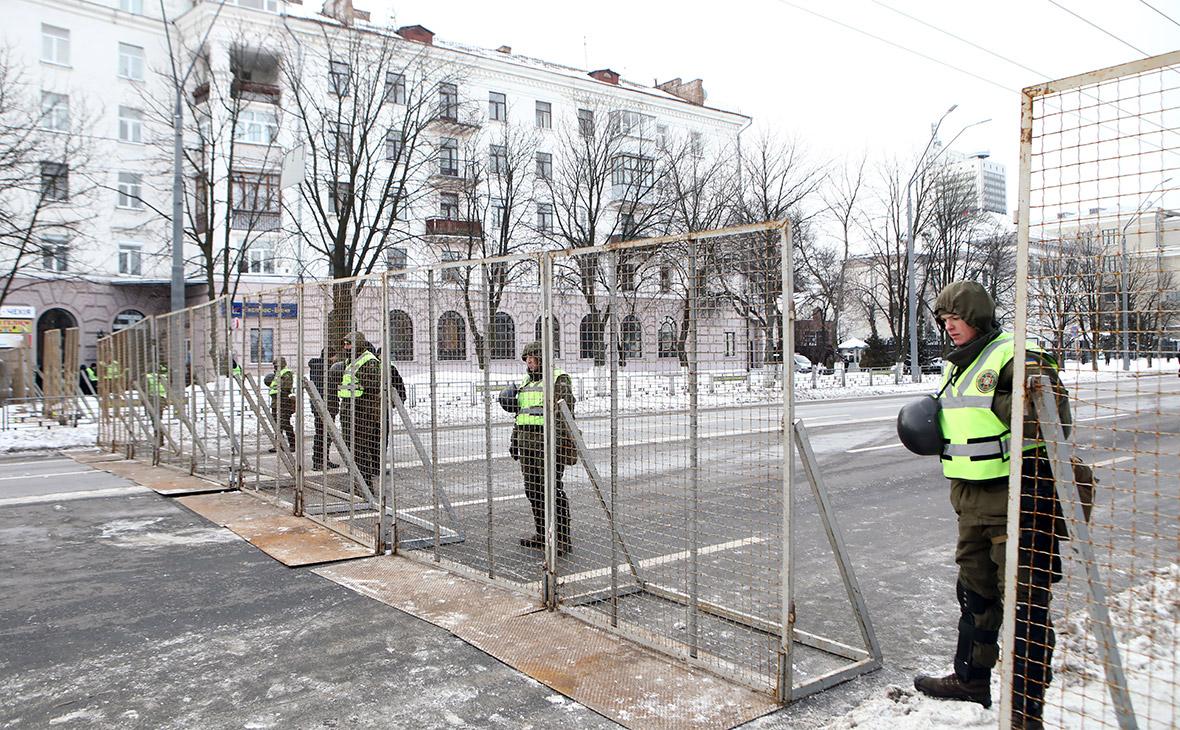 Сотрудник Национальной гвардии Украины у здания посольстваРоссии в Киеве