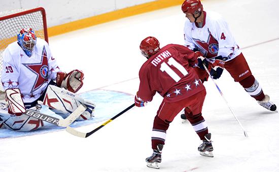 Президент России Владимир Путин (в центре), иАлексей Дюмин (слева) вовремя товарищеского хоккейного матча междукомандами «Звезды НХЛ 1» и«Звезды НХЛ 2» вЛедовом дворце «Большой» вСочи, 4 января 2014 года