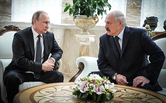 Президент России Владимир Путин ипрезидент Белоруссии Александр Лукашенко (слева направо) вовремя встречи воДворце независимости