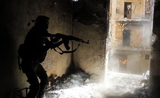 Сирийский солдат во время боев в городе Алеппо