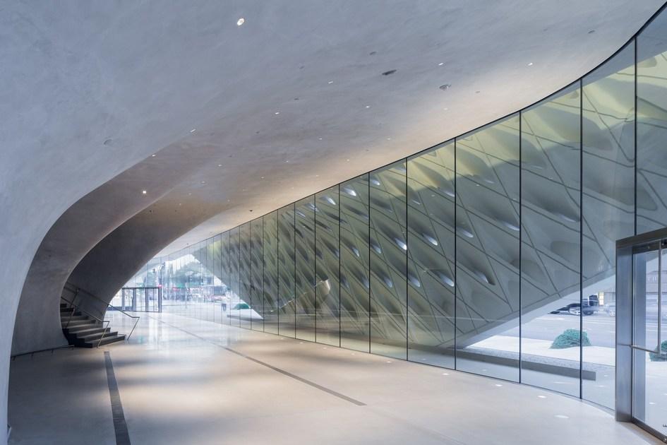 Наружная часть The Broad Museum служит своеобразным «экзоскелетом», который накрывает все здание и при этом рассеивает солнечный свет, попадающий внутрь сквозь прорези