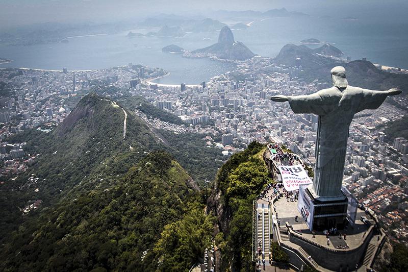 На конец ноября международные резервы Центробанка Бразилии составляли $375,43 млрд, что на $407 млн меньше, чем в предыдущем месяце. С начала 2014 года «подушка» регулятора непрерывно росла, в среднемна $2–3 млрд в месяц. В августе международные резервы достигли своего исторического максимума в $379,16 млрд, но затем «провалились» почти на $4 млрди с тех пор балансируют на нынешнем уровне.  Солидное сокращение запасов произошло на фоне падения цен на нефть (основное экспортное сырье Бразилии) и в преддверии президентских выборов. Тем не менее, источники Bloomberg в бразильском регуляторе отмечали тогда, что продажа иностранной валюты для поддержки реала в их планы не входит.