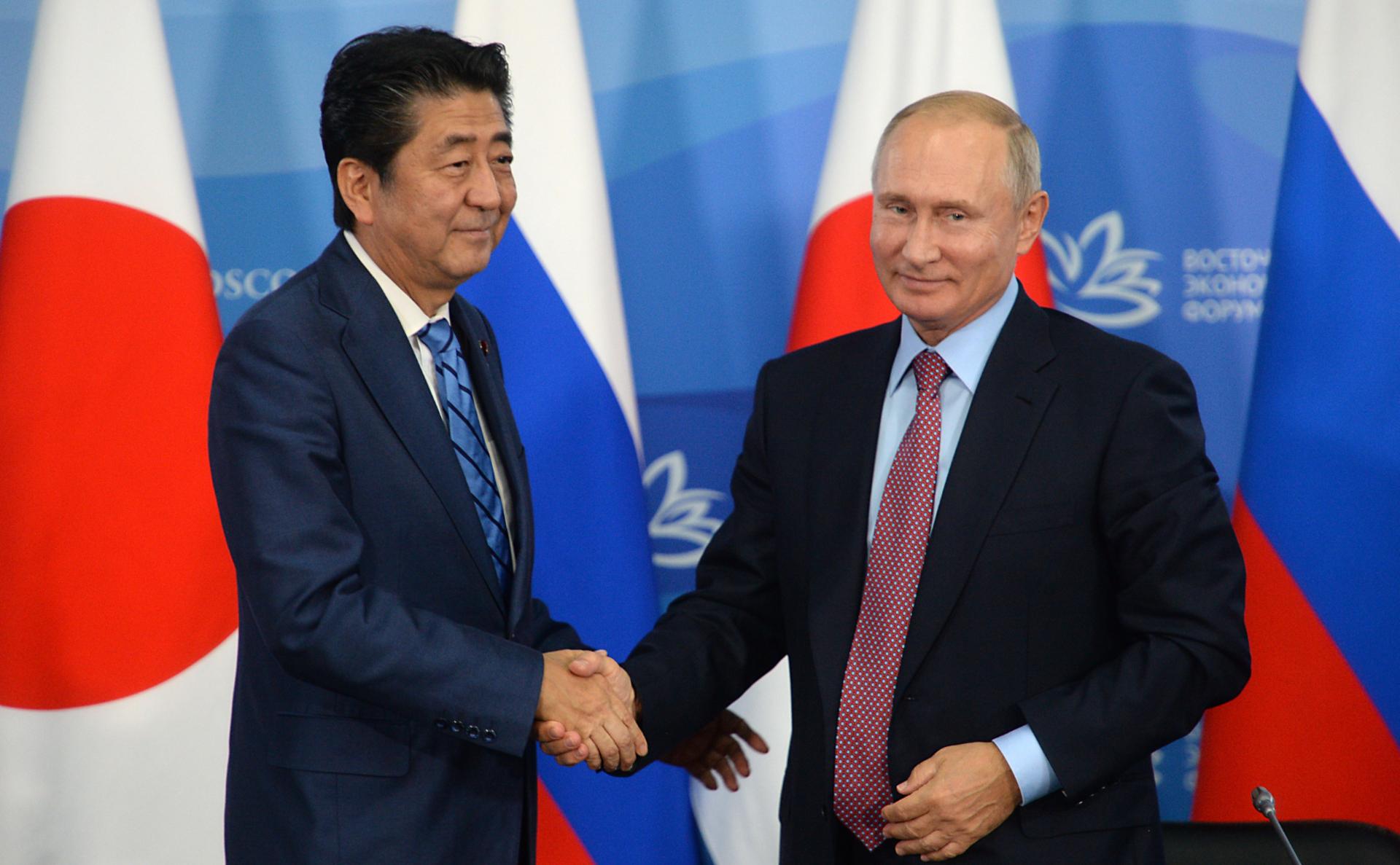 Синдзо Абэ и Владимир Путин (слева направо)