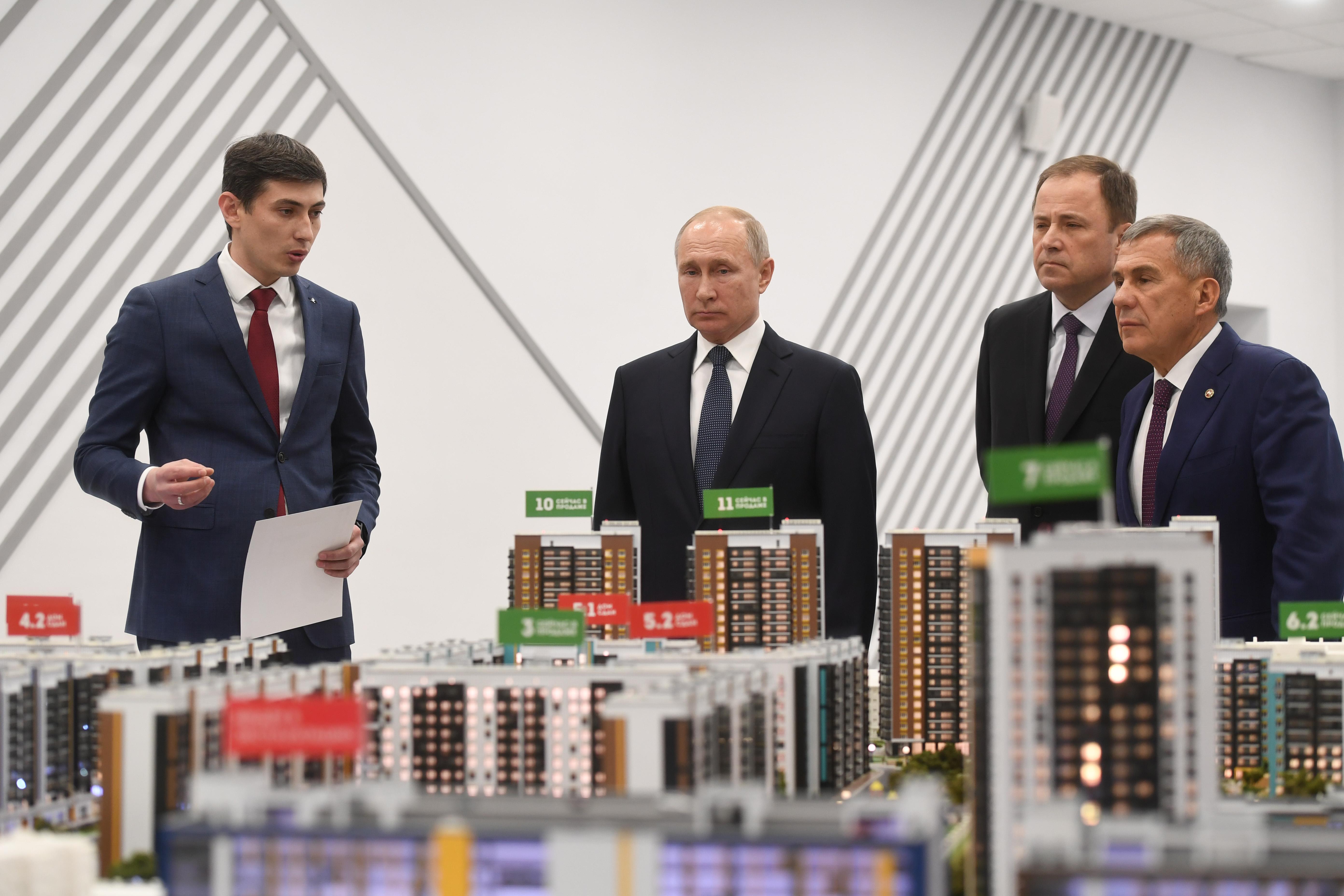 слева направо: гендиректор«Унистрой» РадикСалимгараев, президент РФ Владимир Путин, полпред в ПФО Игорь Комаров, президент РТ Рустам Минниханов