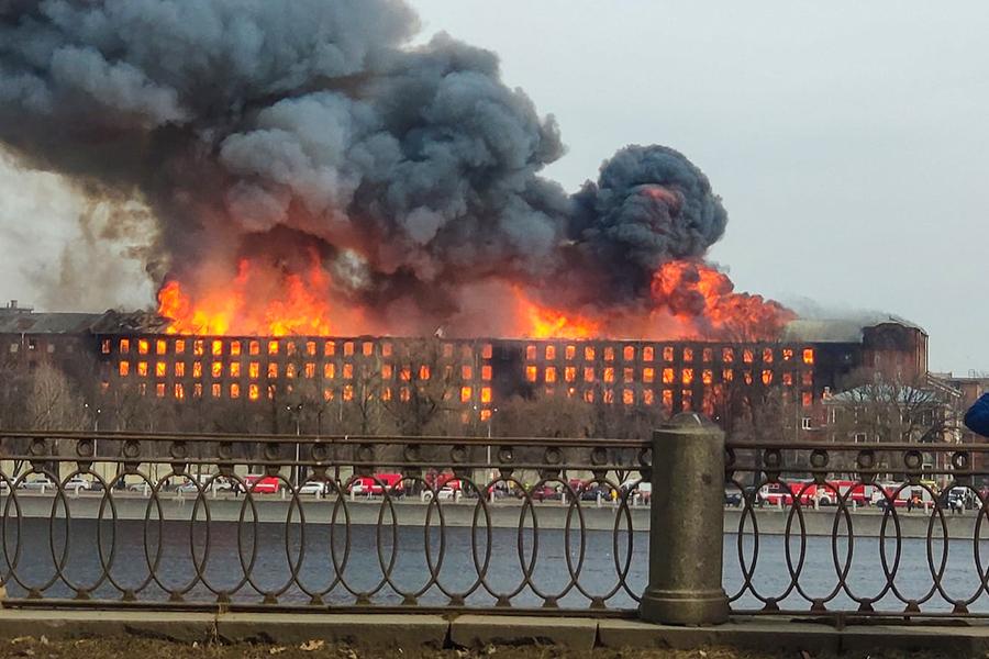 В МЧС сообщили о продолжении тушения пожара в Петербурге на 500 кв. м