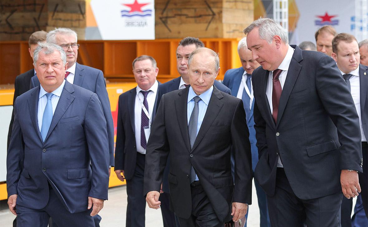 Игорь Сечин, Владимир Путин и Дмитрий Рогозин (слева направо на первом плане) во время посещения судостроительного комплекса «Звезда»