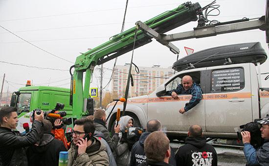 Водитель пикапа Константин Алтухов, который около 20 часов просидел в своем автомобиле, чтобы препятствовать его эвакуации