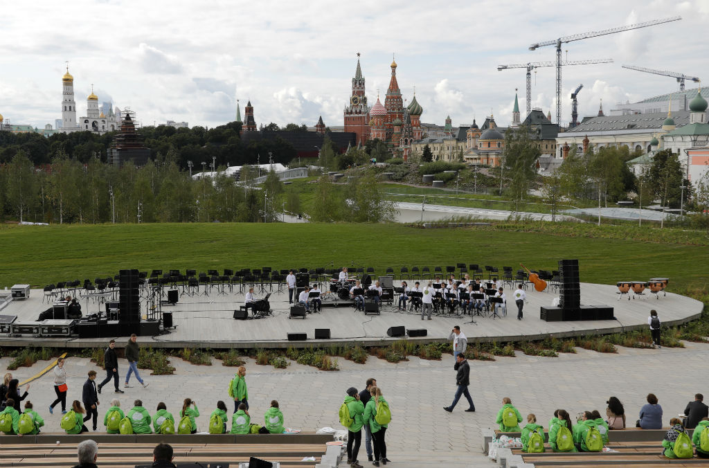 На фото: вид на Московский Кремль из парка «Зарядье»