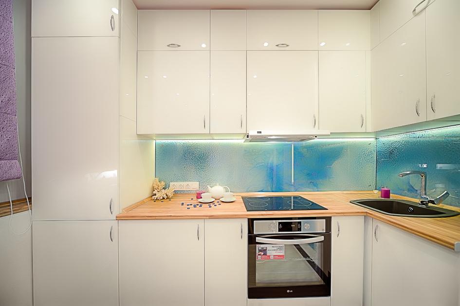 Большая часть гарнитура белого цвета, чтоделает кухню похожей налаконичные интерьеры будущего изфантастических фильмов. При этом раковина икран оказались черными—дляконтраста