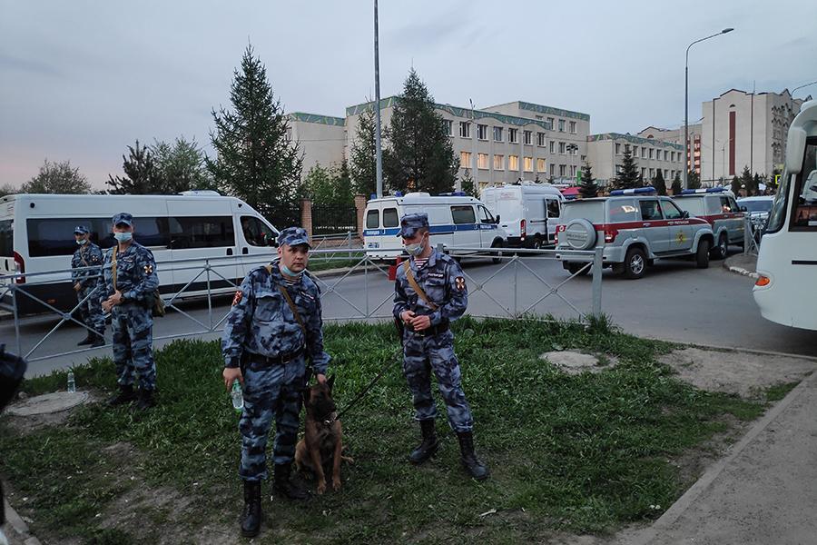 Сотрудники полиции у стихийного мемориала около школы №175