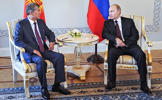Президент России Владимир Путин (справа) во время встречи с главой Киргизии Алмазбеком Атамбаевым в Константиновском дворце в Стрельне