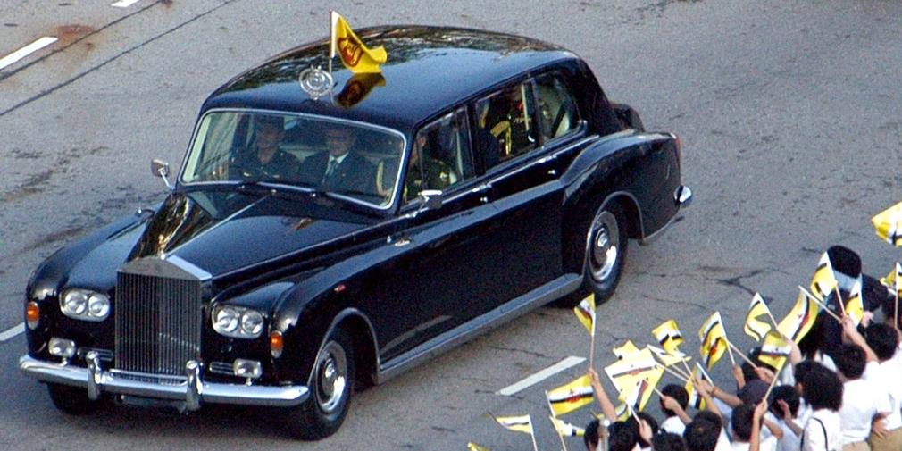 Rolls-Royce Phantom VI  Шикарный Rolls-Royce Phantom VI стал последней в линейке люксового производителя моделью с независимой подвеской, витыми пружинами спереди и сзади и рессорами. Он до сих пор пользуется популярностью среди коллекционеров и первых лиц разных стран. На нем, например, ездили последний шах Ирана Мохаммед Реза Пехлеви, Принц Уэльский Чарльз и его супруга.