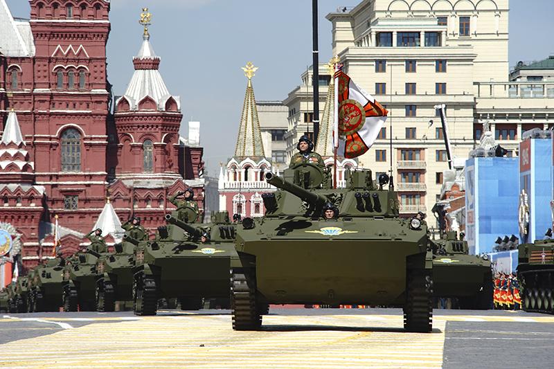 Парад Победы на Красной площади в Москве стал самым масштабным в новейшей истории России. В нем приняли участие более 16 тыс. военнослужащих, около 150 самолетов и 194 единицы военной техники, включая главную новинку — бронетехнику нового поколения на базе универсальной гусеничной платформы «Армата».