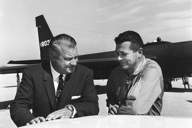 Американский летчик Фрэнсис Гарри Пауэрс (на фото справа)  В 1957 году вСША был арестован советский разведчик Рудольф Абель. Он находился вШтатах с1948 года ивыполнял задание, выясняя, насколько возможен военный конфликт сСША. Абель был приговорен к30 годам тюрьмы. 1 мая 1960 года врайоне Свердловска был сбит американский самолет-разведчик U-2, управляемый пилотом Фрэнсисом Гарри Пауэрсом.  10 февраля 1962 года, наГлиникском мосту, соединяющем Берлин иПотсдам, гдепроходила граница междуГерманской Демократической Республикой (ГДР) иЗападным Берлином, произошел обмен Абеля наПауэрса.