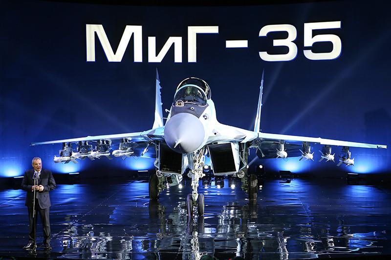 Вице-премьер Дмитрий Рогозин вовремя презентации многоцелевого истребителя МиГ-35 впроизводственном комплексе Российской самолетостроительной корпорации «МиГ» вЛуховицах