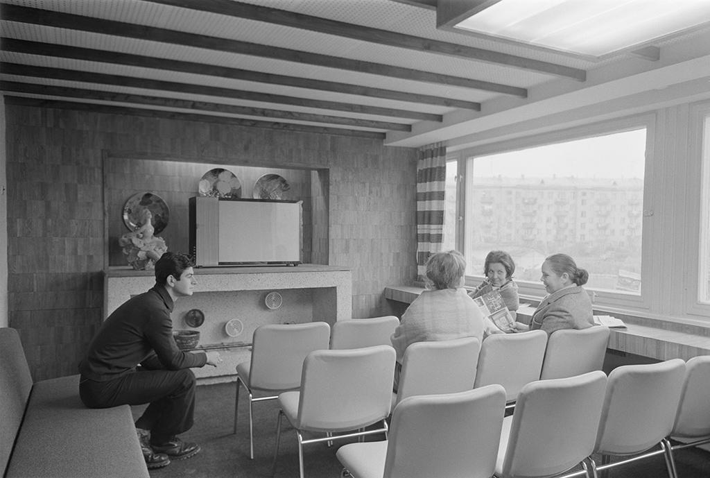 Интерьер эталонной комнаты дляпросмотра телевизионных передач наодном изэтажей жилого комплекса нового типа, строящегося в10-м экспериментальном квартале Новых Черемушек попроекту коллектива мастерской №8 Московского научно-исследовательского ипроектного института типового иэкспериментального проектирования. 22 октября 1968 года