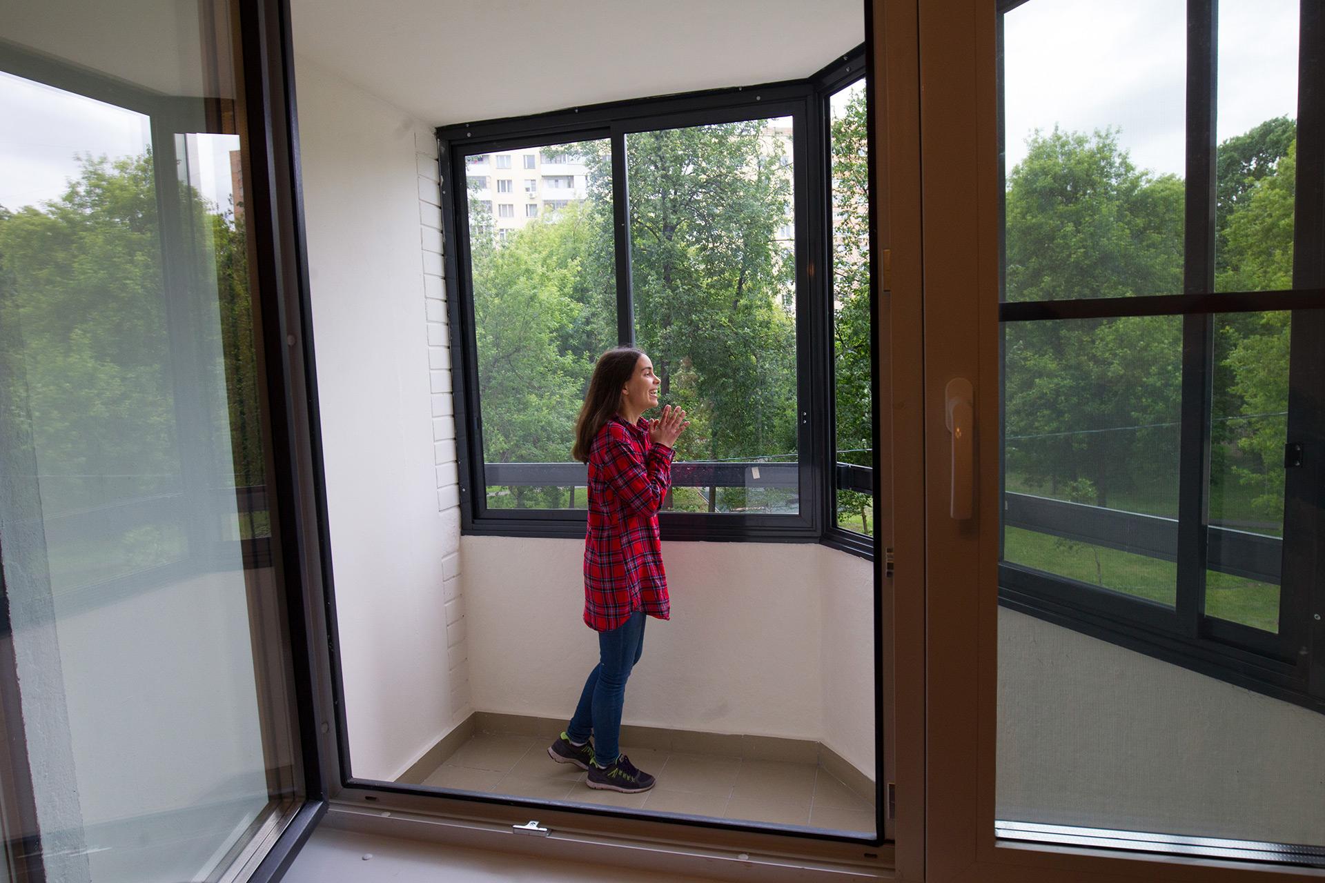 Балкон в новом многоквартирном доме, который построен в рамках программы реновации жилищного фонда столицы