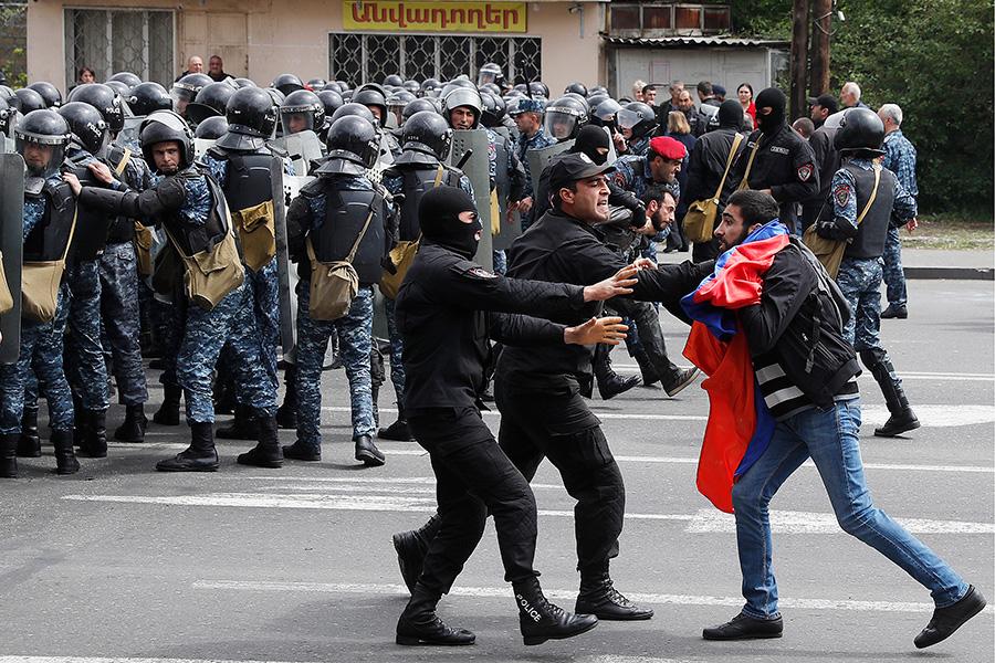 Демонстрация началась на улице Арцаха во время переговоров между Саргсяном и лидером армянской оппозиции Николом Пашиняном.